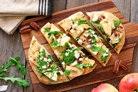 Apple, Truffle and Roasted Garlic Pizza via @mermaidsandmojitos