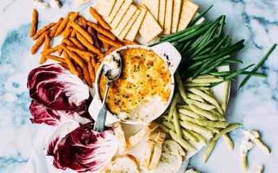 Creole Crabmeat Au Gratin with bread crackers and veggies