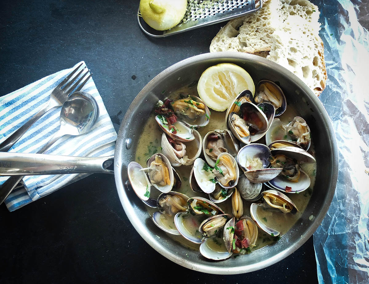 Wine and Garlic Steamed Clams via @mermaidsandmojitos