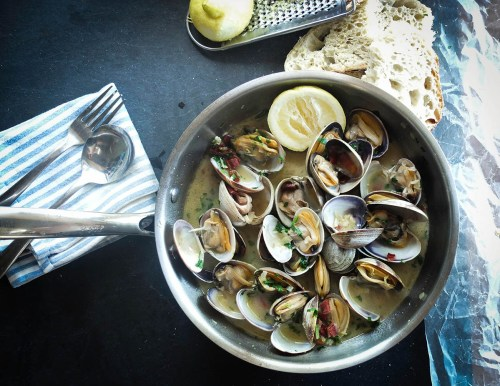 Steamed clams in white wine and garlic