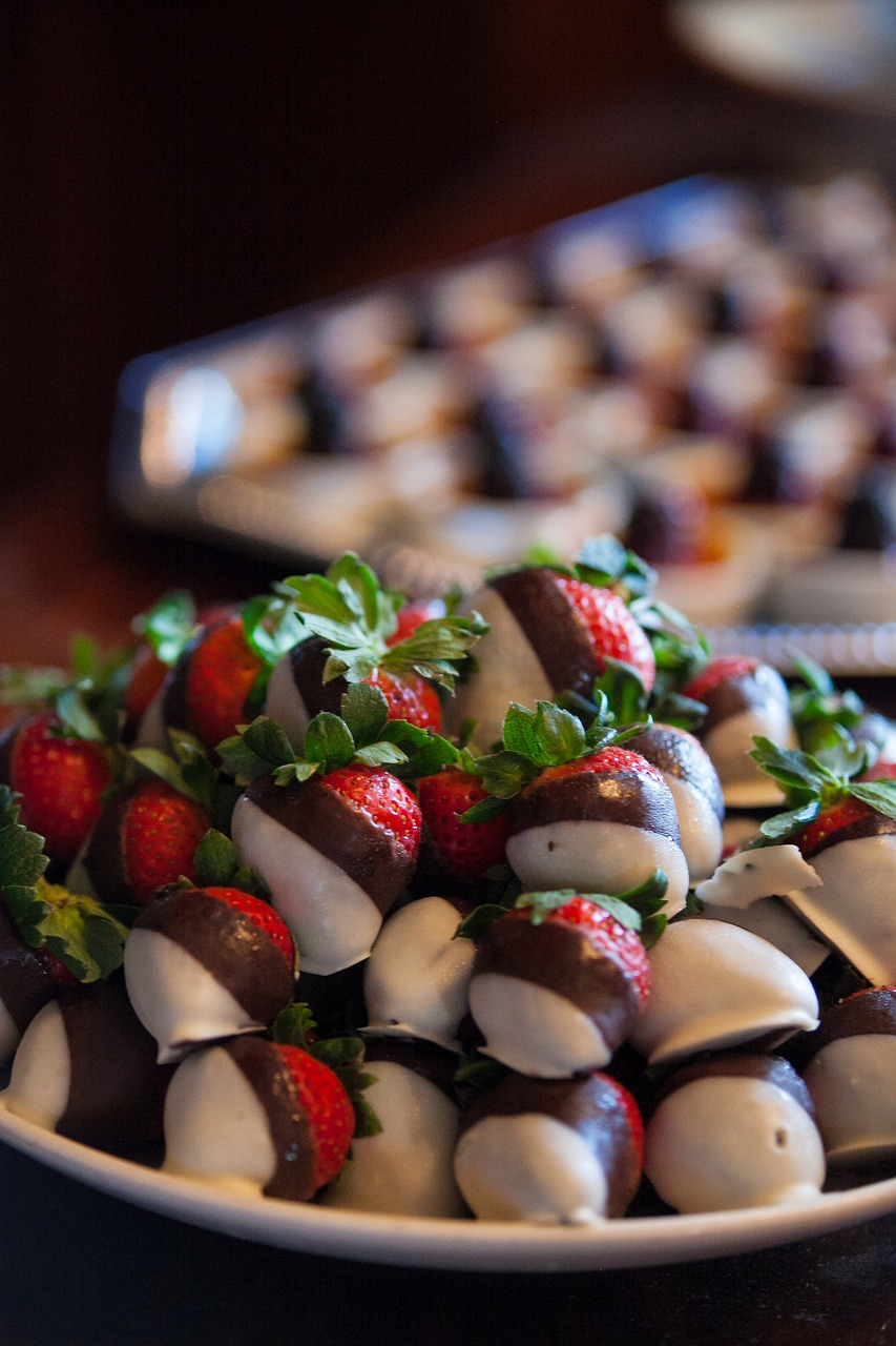 Easy Chocolate Covered Strawberries via @mermaidsandmojitos