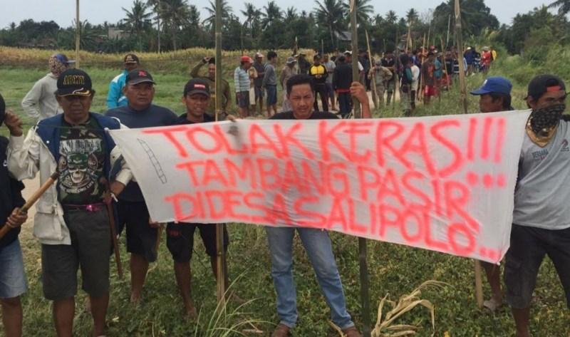 Masyarakat Desa Salipolo Gunakan Bambu Runcing ,Menolak Perusahaan Tambang Pasir