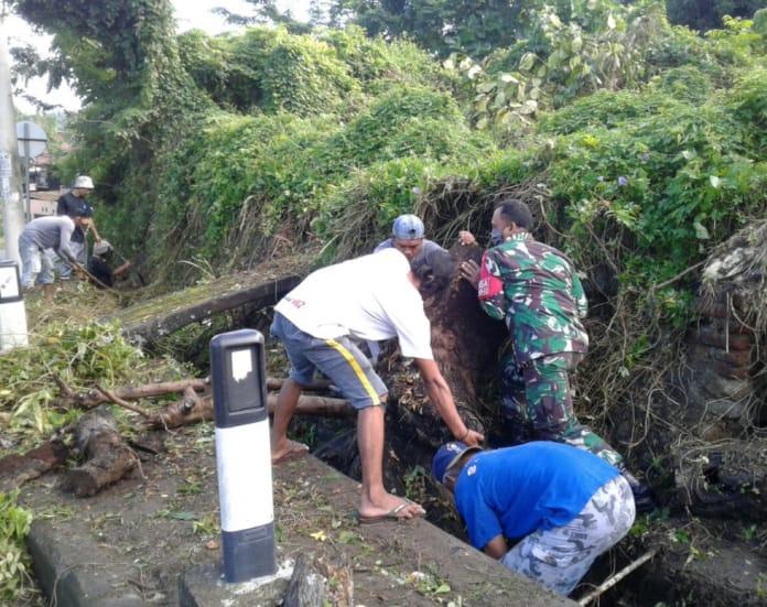 Antisipasi Banjir, DLH Parepare dan Koramil Bacukiki Bersihkan Drainase