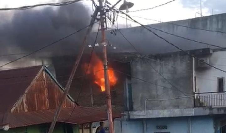 Masih Di Masjid Usai Shalat Subuh, Rumah di jln Anggrek Pinrang Milik Hj. Surti Terbakar