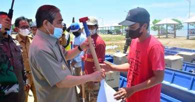 Serahkan Perahu Bermotor dan Alat Tangkap Ikan, Bupati Sidrap Harap Kesejahteraan Nelayan Meningkat