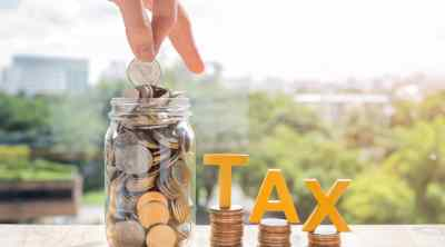 freelance-tax-help-hurdlr-app-review, tacked coins and the hands are coin into the jar to accumulate money for paying taxes
