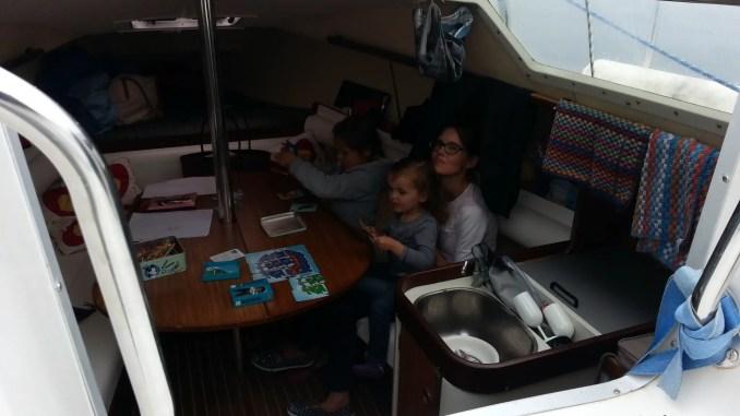 famille a bord d'un voilier au dejeuner