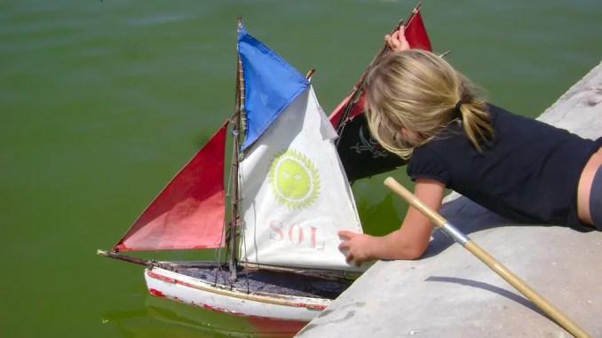 enfant jouant avec un bateau
