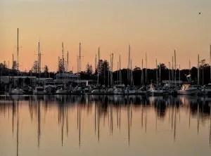 port avec de voilier et bateaux à moteur