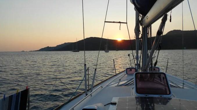 pont de voilier avec panneau solaire