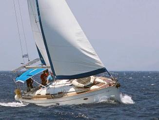 voilier au pres avec voiles enroulées