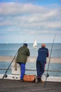 pecheurs sur le bord de mer