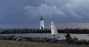 voilier près d'un phare