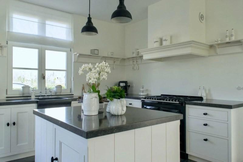 Nostalgische keuken Waddinxveen keukeneiland wit bloemen