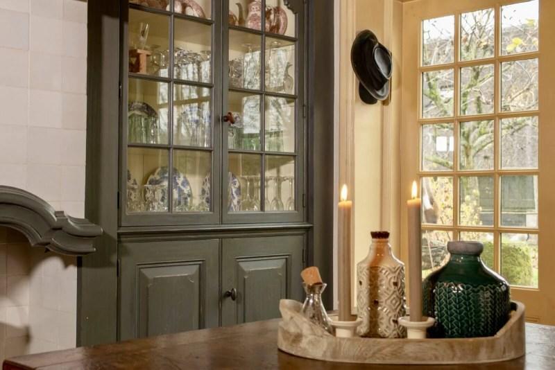 Oudhollandse keuken Hooge Zwaluwe kaarsen vitrinekast