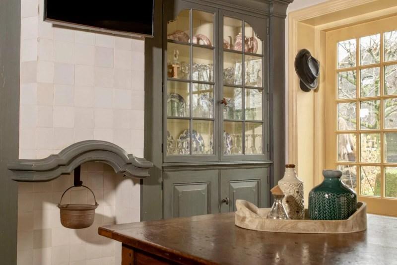 Oudhollandse keuken Hooge Zwaluwe vitrinekast blauw tafel