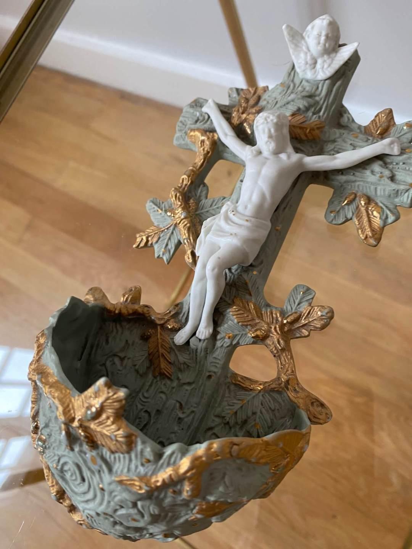Bénitier Porcelaine biscuit vert et or Christ en croix