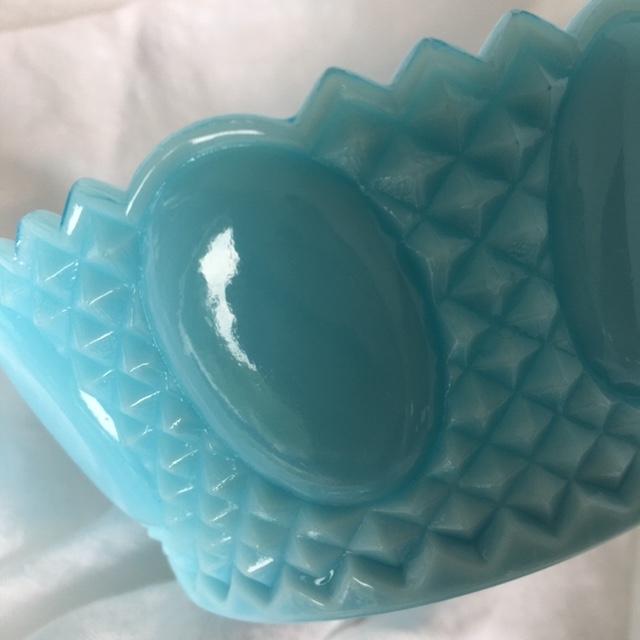 Petite-bonbonnière-bleu-opaline-verre-sculté