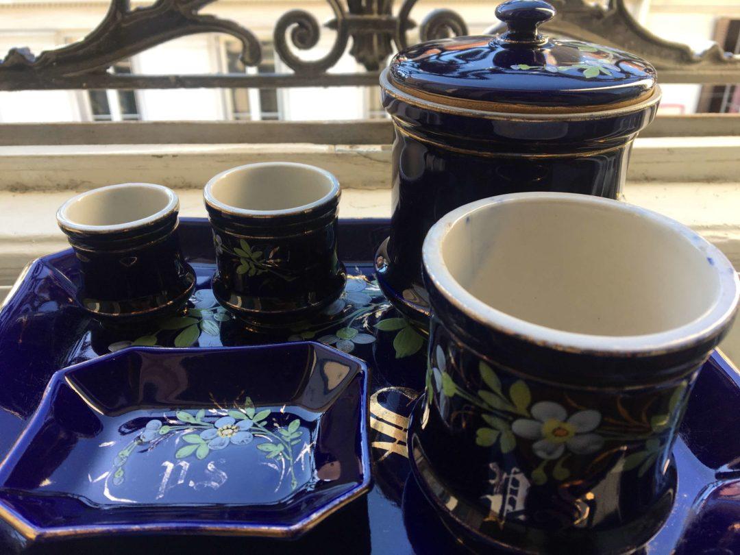 Nécessaire-de-toilette-fleuri-faience-ancienne-peinte-à-la-main-cobalt-bleu