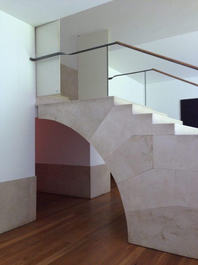 8. Detalle de escalera de acceso a la cafetería. La escalera no apoya en el muro.