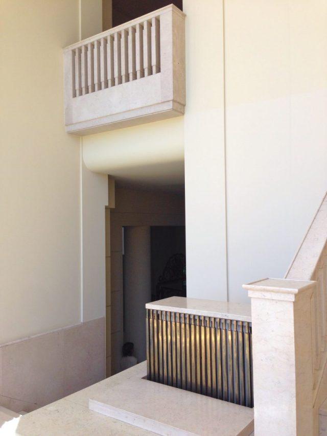 11. Escalera de acceso a la planta superior de la villa.