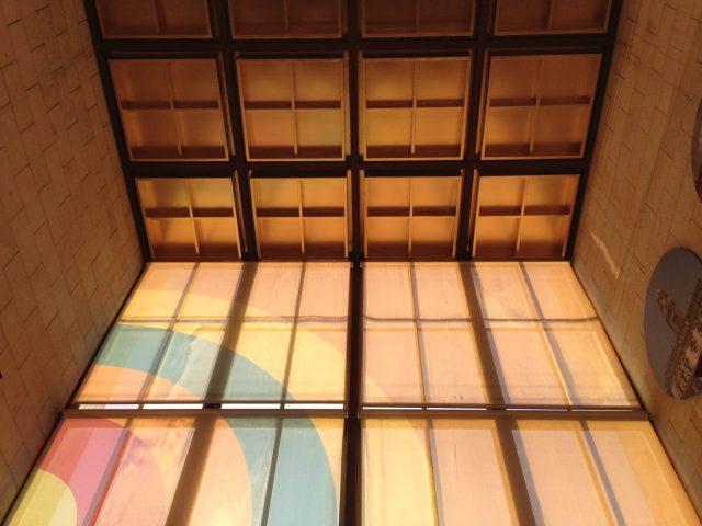 21. Vista del interior con la fachada de vidrio.