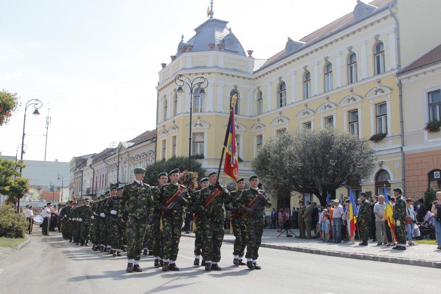 Drapelul României, arborat pe turla Primăriei Sfântu Gheorghe, cu prilejul aniversării eliberării oraşului