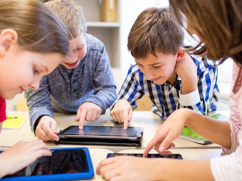 Dascălii şi familiile numeroase din Sfântu Gheorghe pot solicita bani pentru laptopuri şi tablete