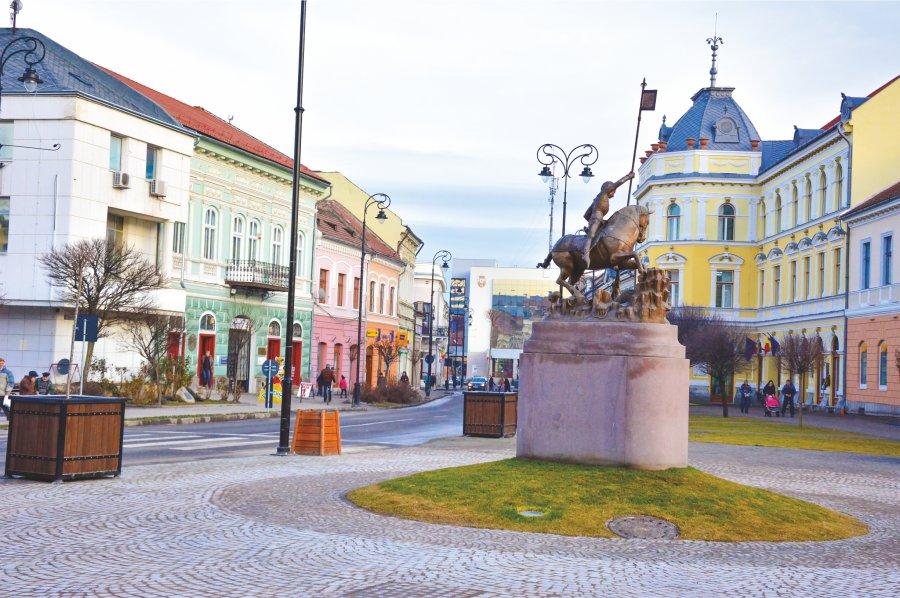 În Sfântu Gheorghe se spală străzile, se dezinfectează locurile de joacă şi autobuzele