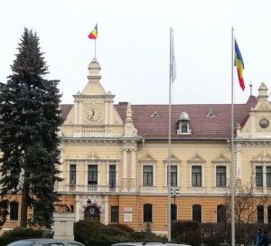 La sediul Primăriei Brașov sunt arborate trei drapele naționale. FOTO: Dan Tanasă