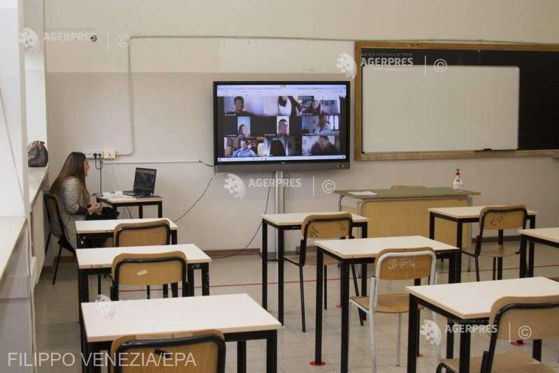 Două treimi dintre cadrele didactice spun că au nevoie de cursuri de perfecţionare pentru a preda online (sondaj)