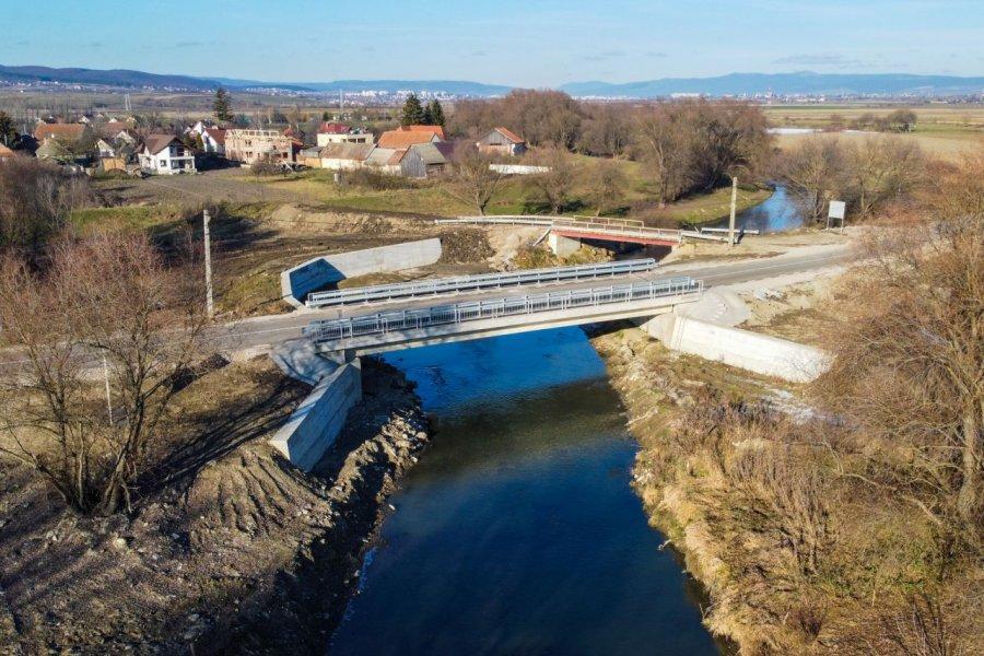 Podul peste Olt de la Ilieni, avariat de inundaţii, a fost refăcut şi redat circulaţiei