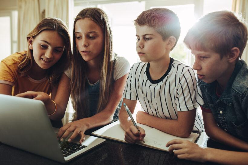 Competența digitală trebuie inclusă în disciplinele de studiu, nefiind obligatoriu să am o disciplină care se numește TIC la clasele primare – oficial din Ministerul Educației