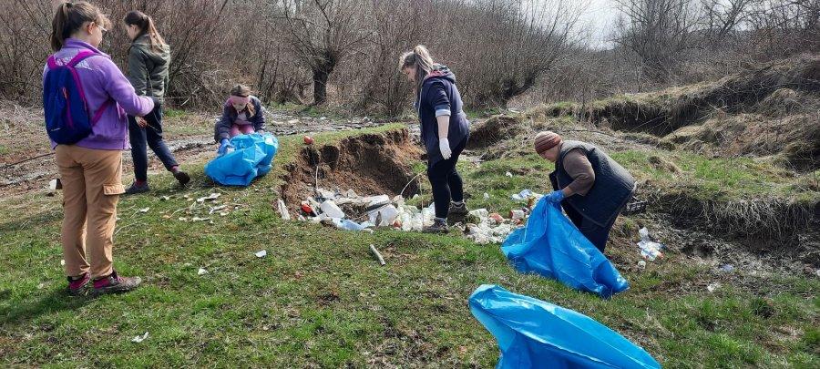 10 tone de deșeuri menajere și reciclabile au fost adunate în cadrul unei acțiuni de ecologizare desfășurată în satul Ariușd