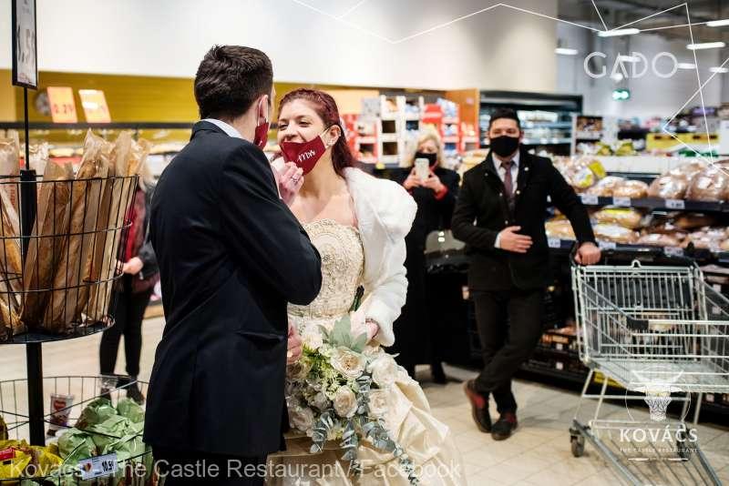 """""""Căsătoreşte-te într-un supermarket'' - protest inedit al organizatorilor de evenimente şi lucrătorilor HoReCa"""