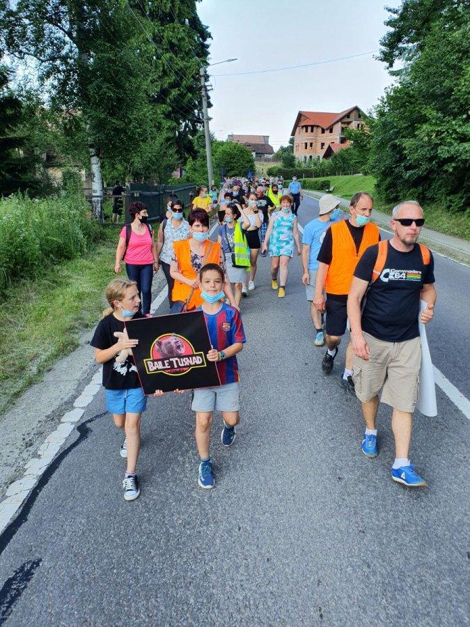 REPORTAJ Marşul disperării, la Băile Tuşnad: Nu e ceva normal să trăim cu urşii, să ne intre în case, spun localnicii
