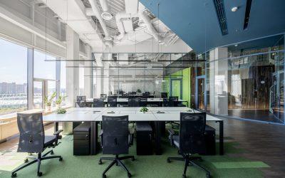 Van meubels en armaturen tot technisch onderlegde werkplekken: het Grammarly kantoor in Kiev.