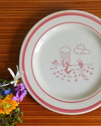 Petite assiette pour enfant au motif champêtre rose avec un couple sous la pluie et le soleil