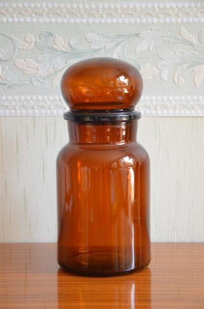 Grand pot d'apothicaire en verre ambré avec son bouchon cabonchon. très grande capacité.