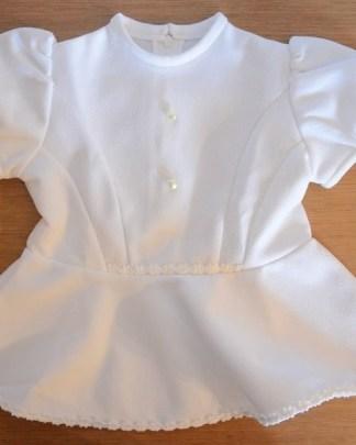 petite robe blanche vintage de cérémonie pour bébé, agrémenté de boutons en forme de perle de culture et de manches bouffantes