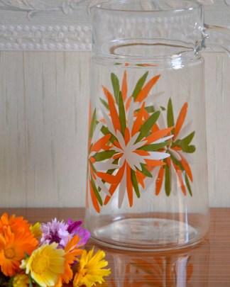 carafe en verre vintage fleurs stylisés orange verte et blanche