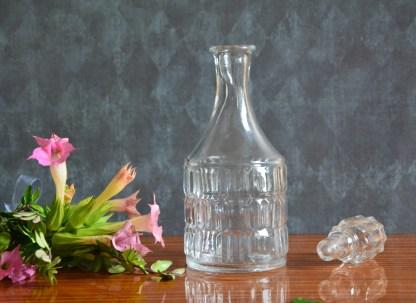 Fiole vintage en verre avec un bouchon
