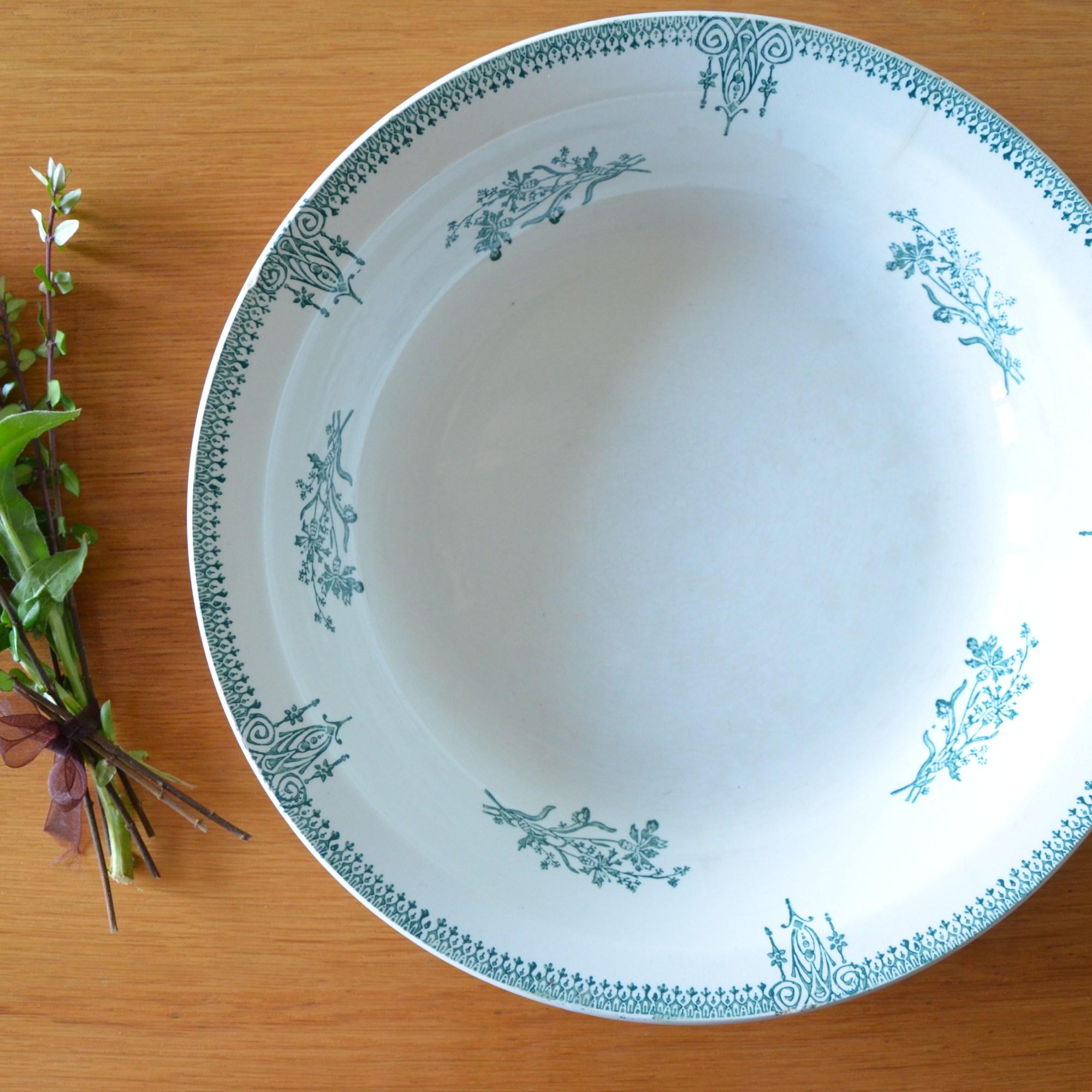 Plat de service creux de la manufacture Saint Amand, établissement ceramique de in France 4003
