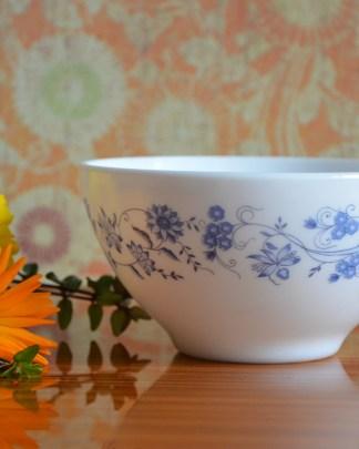 Bol de la marque Arcopal, collection Aster, motifs de fleurs bleues