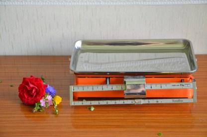 Balance vintage orange de marque terraillon datant des années 70. Elle sera purement décorative (je n'ai jamais réussi à la faire fonctionner! ). Sa structure est en métal laqué orange et le plateau est en métal. Elle fait 2.115kg. Elle est vendue avec sa boite (que j'ai refait avec du scotch).