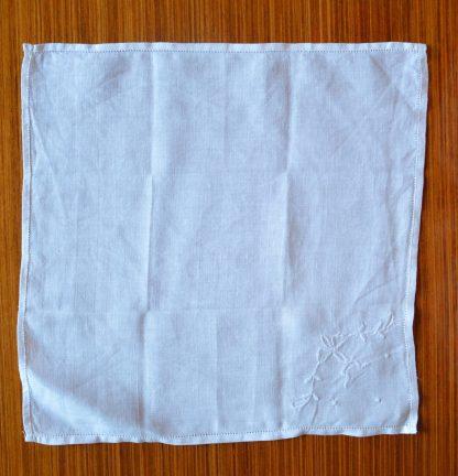 Mouchoir blanc vintage brodé de motifs abstraits