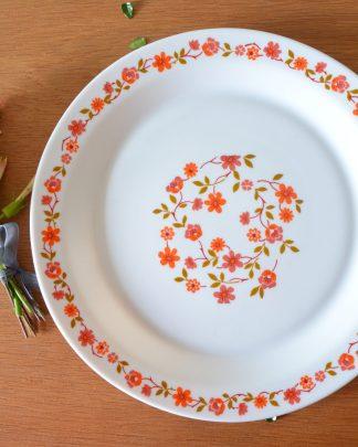 Plat de service plat de la marque Arcopal, collection Scania à fleurs et tournesol orange.