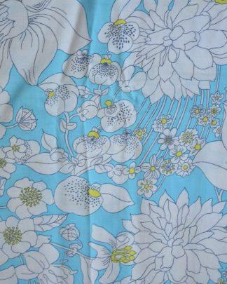Taie de traversin bleu avec des fleurs blanche et jaune
