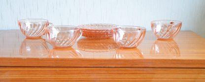 lot de 4 tasses et sous-tasses en verre rose, manufacture Arcoroc, collection Rosaline.