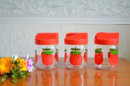 Lot de 3 pots de conservation en verre, motif pomme, couvercle rouge en plastique. 0.45l, fabriqué en France. L'un des couvercle est abimé. Hermeverre, VMC Reims